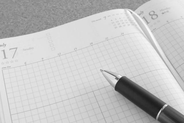 スケジュール帳とペン(モノクロ)