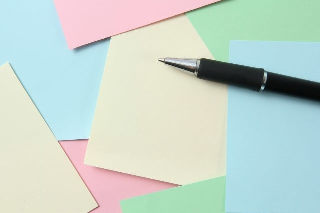 カラフルな付箋とボールペン4