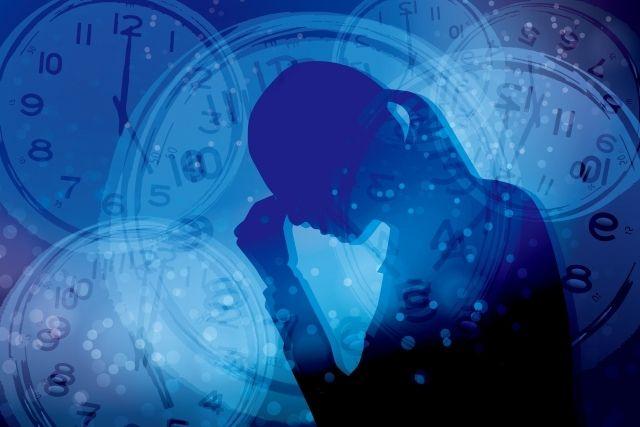ストレスを抱える女性と時間-青背景